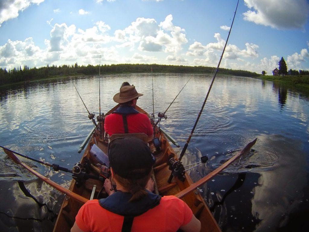 Opas neuvoo välineiden ja veneen käytön, uistinten valinnan ja säätämisen, sekä ajo- ja soutulinjat.