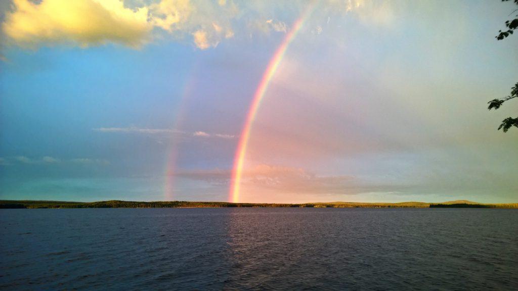 Kalastusretki Miekojärvellä voi olla vaikka kahden sateenkaaren uisteluretki.