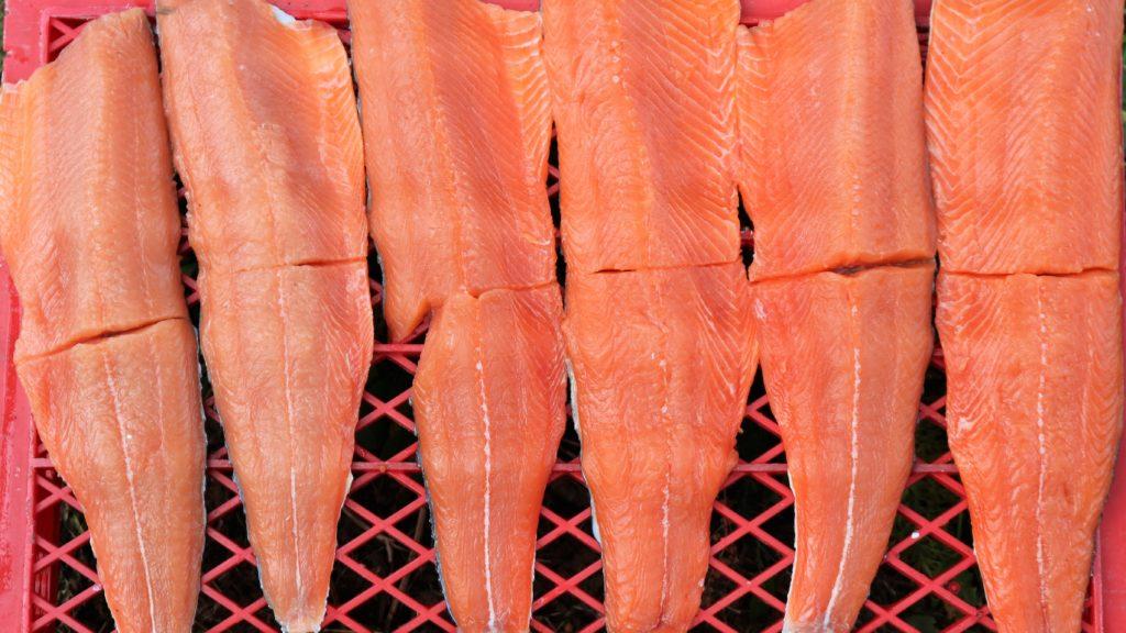 Herkuttelijan hetki on koittanut, punaiset Namsenin lohifileet odottaa syöjää