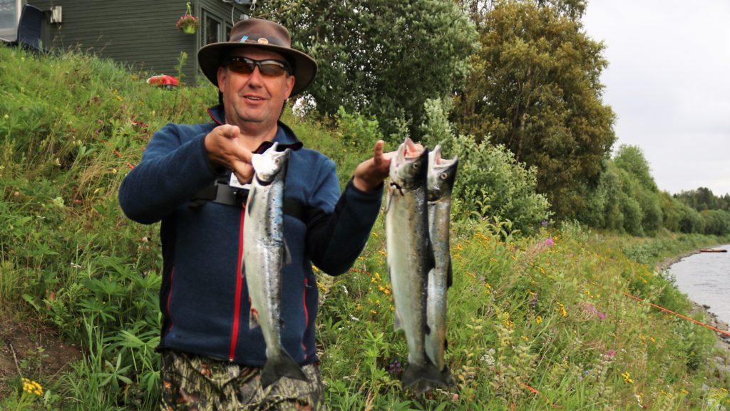 Lohen kalastus onnistuu kun on ammattiopas opastamassa