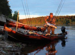 Tyytyväinen opas saa kantaa asiakkaan väsyttelemän lohen / The fishing guide are happy when he can carry on salmon