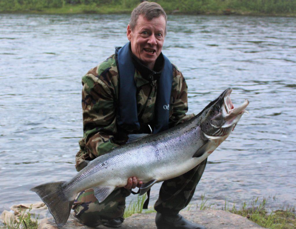Opastettua lohen kalastusta Muonionjolella