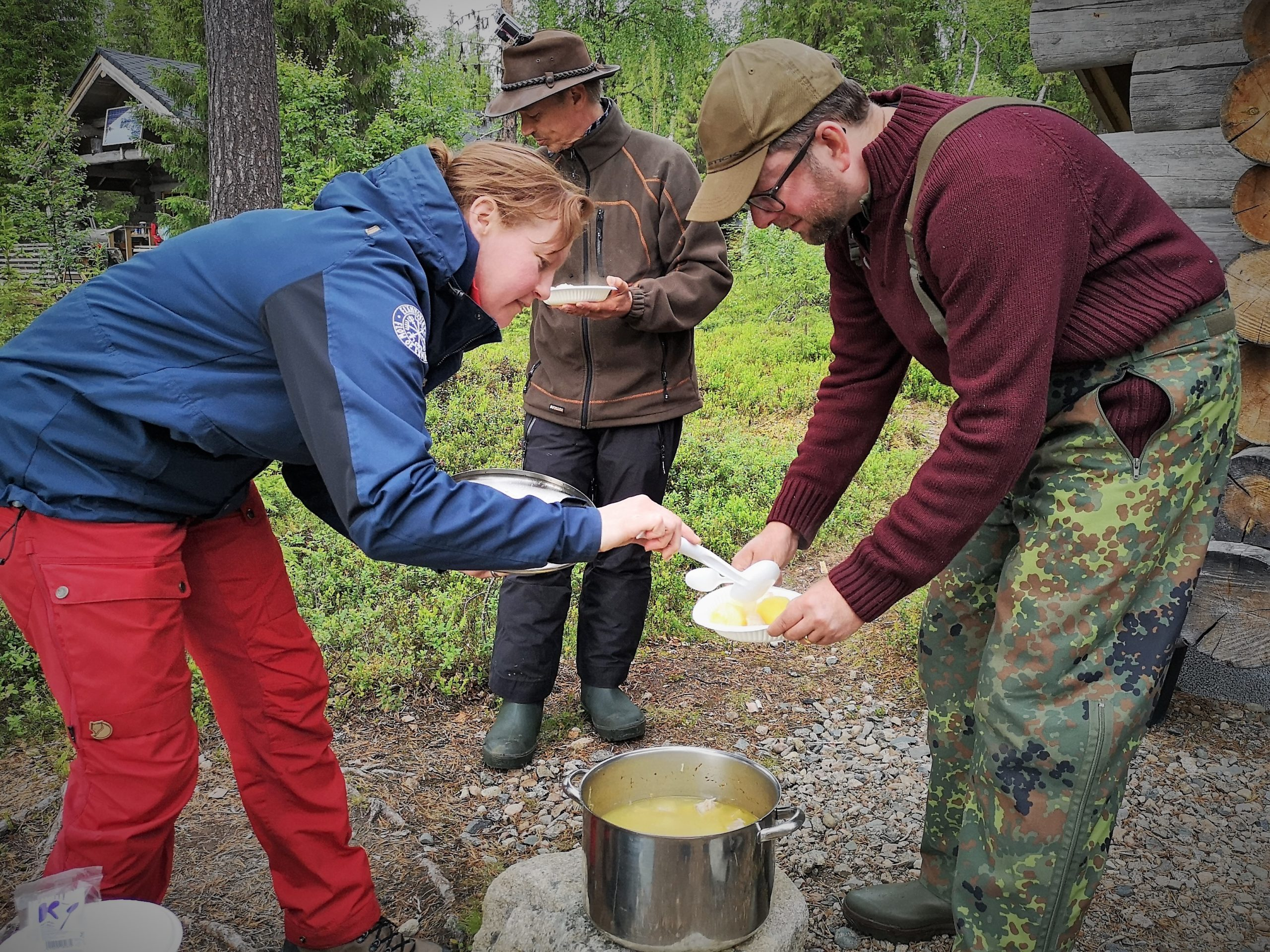 Salmon soup from open fire