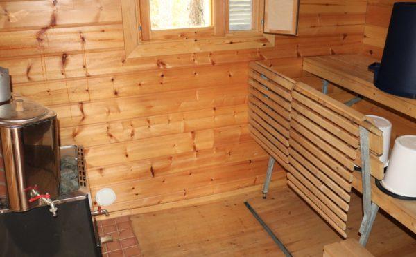 Sauna sisältä. Kiuas ja kuumavesi